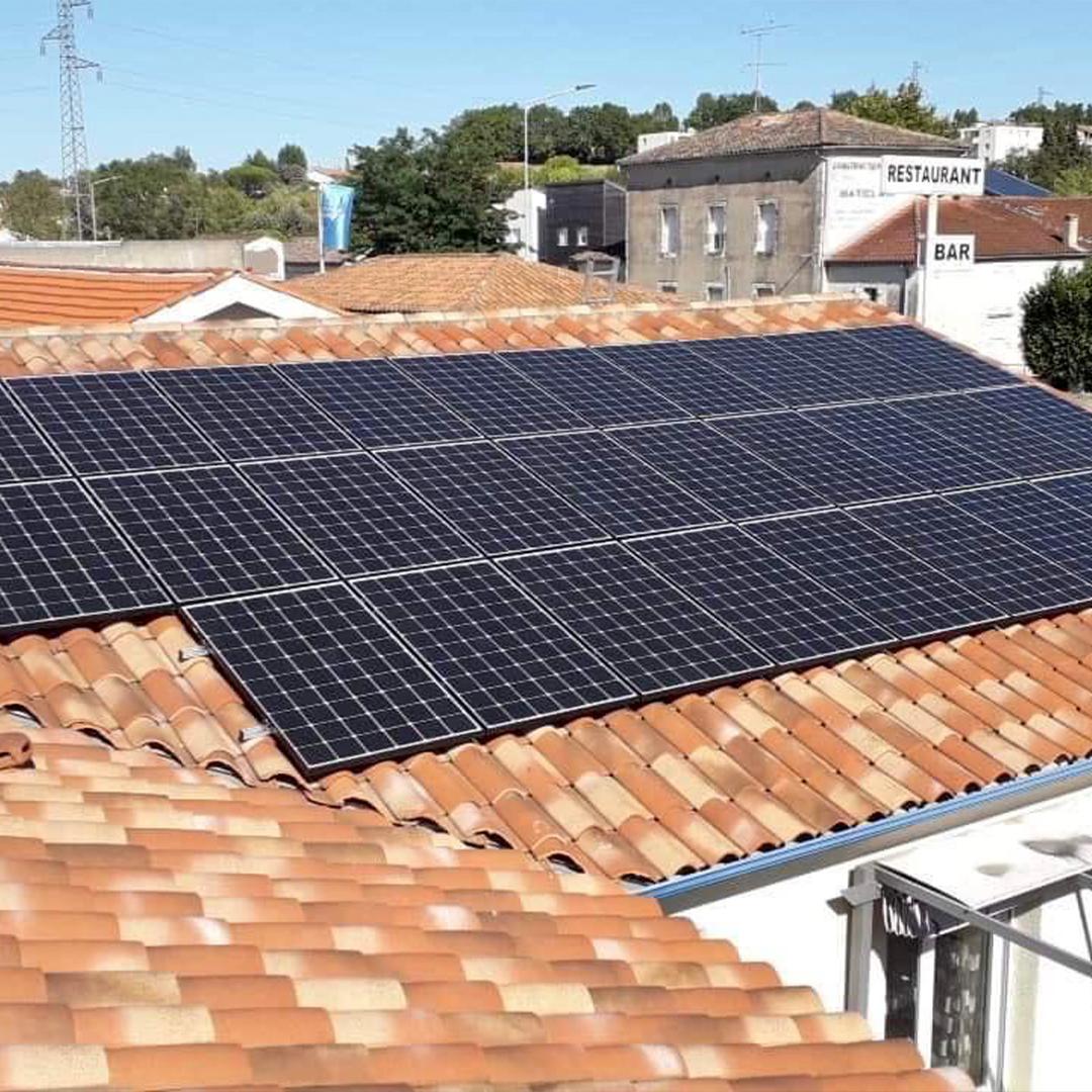 Une installation de panneaux solaires en ville