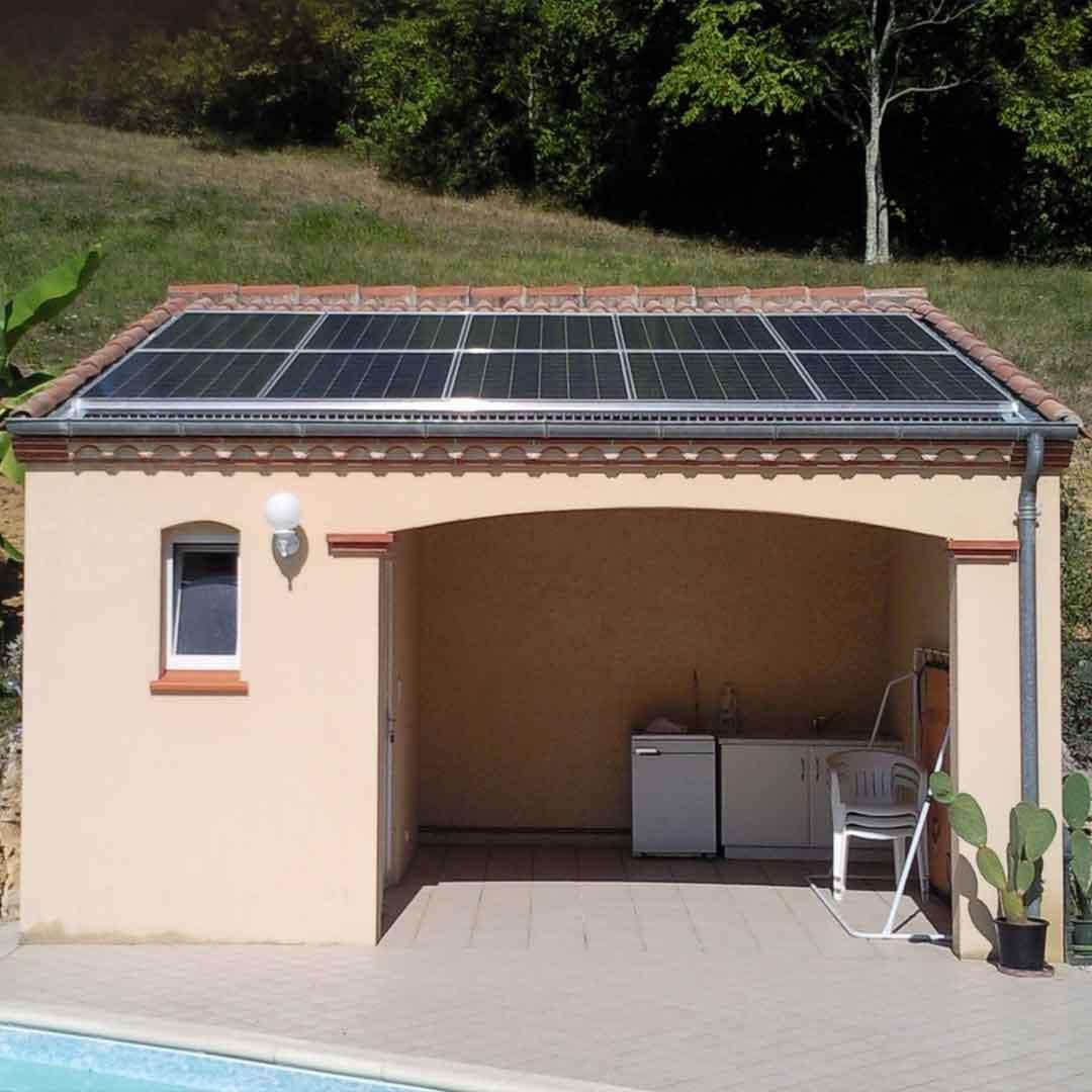 Une installation de panneaux solaire local piscine